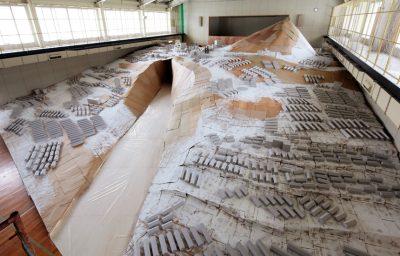 写真3 北海道インプログレス三笠プロジェクト「雪解けの炭鉱町の昼の風景」 展示風景(2014)